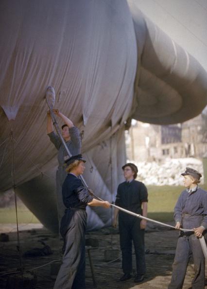 WAAF「Barrage Balloons.」:写真・画像(1)[壁紙.com]