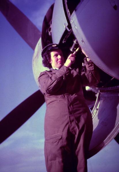 WAAF「Mending A Plane」:写真・画像(3)[壁紙.com]