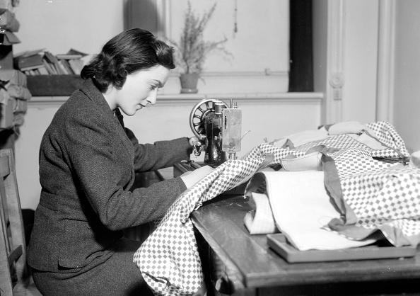 Sewing「Lady Seamstress」:写真・画像(0)[壁紙.com]