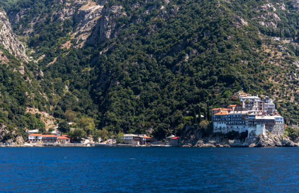 Osiou Gregoriou monastery from the sea in Halkidiki, Athos, Greece:スマホ壁紙(壁紙.com)