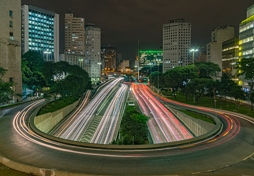 Tourism「Night photo with long exposure in the streets of downtown São Paulo, marking the horseshoe with car movement.」:スマホ壁紙(19)