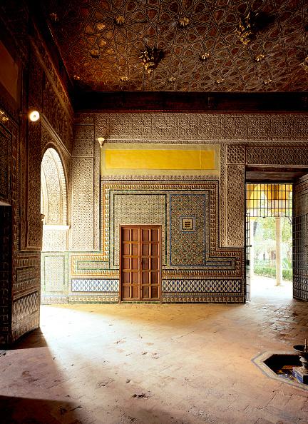 Tiled Floor「Wooden door in a room with arch and doorway」:写真・画像(7)[壁紙.com]