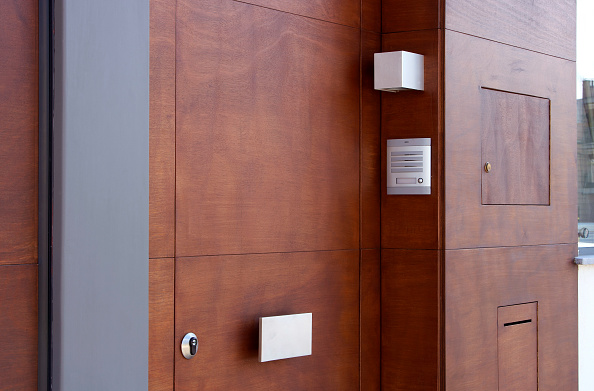 Door「Wooden door with letter slot and security system」:写真・画像(4)[壁紙.com]