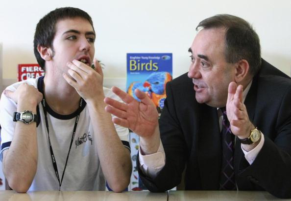 Autism「First Minister Alex Salmond Visits Autism School」:写真・画像(8)[壁紙.com]