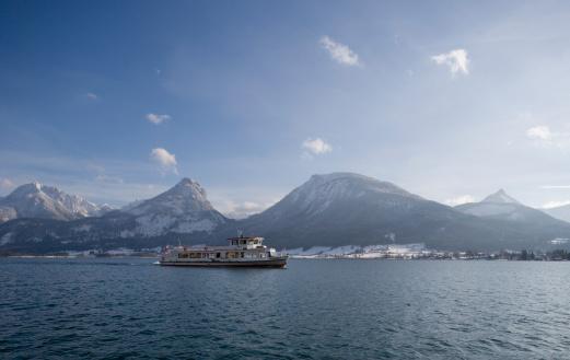 Salzkammergut「Austria, Salzkammergutal, View of ferry in wolfgangsee lake with mountains」:スマホ壁紙(11)