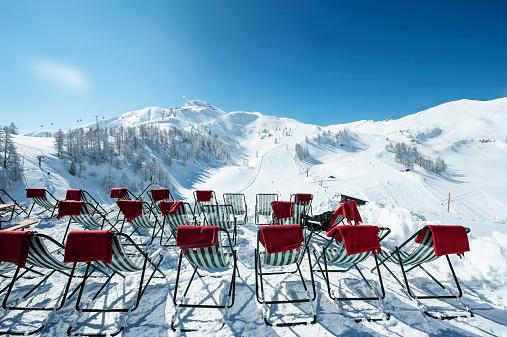 スキー「Austria, Salzburg State, Altenmarkt-Zauchensee, row of deckcairs in alpine landscape」:スマホ壁紙(8)