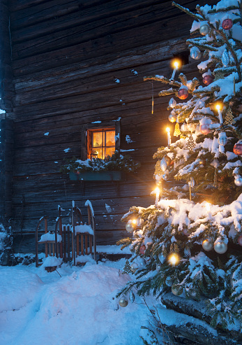 Austria「Austria, Salzburg State, Altenmarkt-Zauchensee, facade of wooden cabin with lightened Christmas Tree in the foreground」:スマホ壁紙(17)
