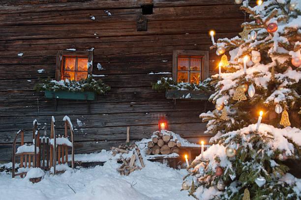 Austria, Salzburg State, Altenmarkt-Zauchensee, facade of wooden cabin with lightened Christmas Tree in the foreground:スマホ壁紙(壁紙.com)