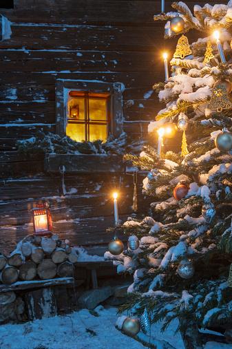 Austria「Austria, Salzburg State, Altenmarkt-Zauchensee, facade of wooden cabin with lightened Christmas Tree in the foreground」:スマホ壁紙(10)