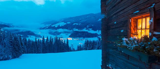 雪山「Austria, Salzburg State, Altenmarkt-Zauchensee, facade of wooden cabin with lightened window in winter」:スマホ壁紙(5)