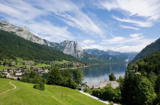Salzkammergut「Austria, Salzkammergut, Ausseerland, View of grundlsee lake with city」:スマホ壁紙(9)