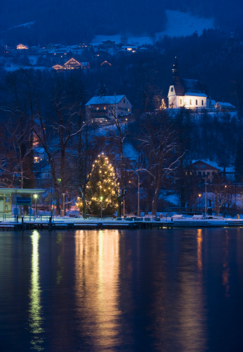 Salzkammergut「Austria, Salzkammergut, Mondsee, View of hilfbergkirche church with christmas tree by lake」:スマホ壁紙(0)