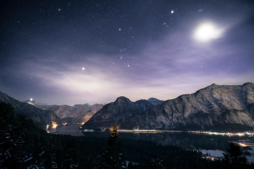 Dachstein Mountains「Austria, Salzkammergut, Lake Hallstatt, Dachstein and Salzberg at night」:スマホ壁紙(19)