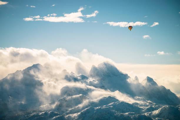Austria, Salzkammergut, Hot air balloon over Dachstein massif:スマホ壁紙(壁紙.com)