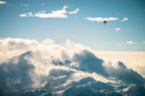 Salzkammergut「Austria, Salzkammergut, Hot air balloon over Dachstein massif」:スマホ壁紙(8)