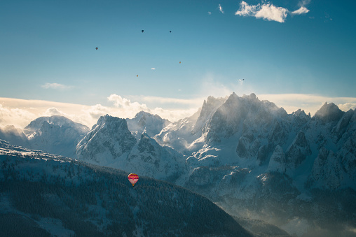 Salzkammergut「Austria, Salzkammergut, Hot air balloons over alpine landscape with Gosaukamm in winter」:スマホ壁紙(17)