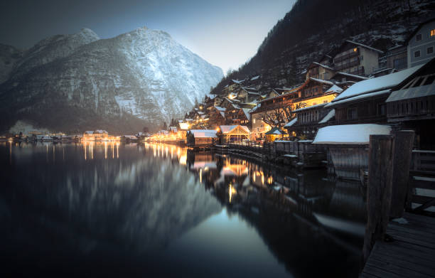 Austria, Salzkammergut, Hallstatt at dusk in winter:スマホ壁紙(壁紙.com)