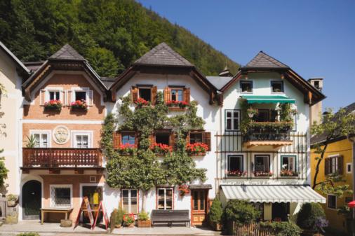 Chalet「Austria, Salzkammergut, Hallstatt, Chalets at marketplace」:スマホ壁紙(1)
