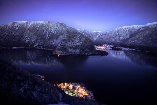Dachstein Mountains「Austria, Salzkammergut, Hallstatt and lake with Dachstein mountains at night」:スマホ壁紙(3)