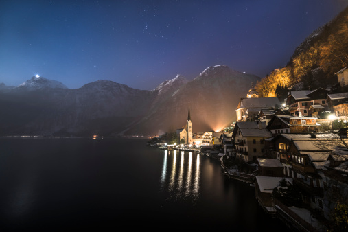 Dachstein Mountains「Austria, Salzkammergut, Hallstatt and lake with Dachstein mountains at night」:スマホ壁紙(16)