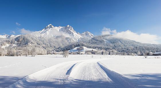 Ski Resort「Austria, Salzburg State, Saalfelden, Steinerenes Meer, winter landscape, cross-country ski-tracks in snow」:スマホ壁紙(3)