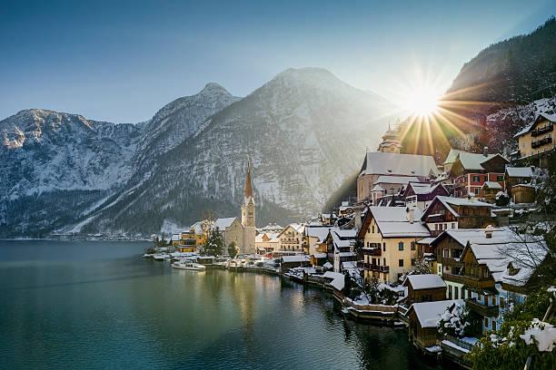 Austria, Salzkammergut, view of Hallstatt and Dachstein over lake Hallstaetter See at sunrise in winter:スマホ壁紙(壁紙.com)