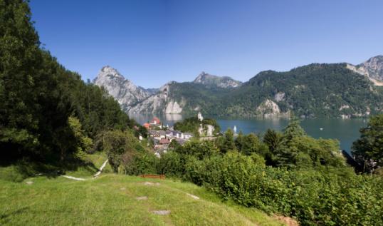 シリーズ画像「Austria, Salzkammergut, View of Lake Traunsee with mountains in background」:スマホ壁紙(6)