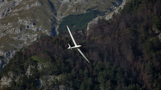 Glider「Austria, Salzburg, glider in front of mountain face in the Alps」:スマホ壁紙(13)