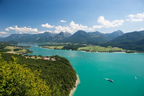 Salzkammergut「Austria, Salzkammergut, Salzburg State, Lake Wolfgangsee, View to Strobl and Lake Abersee」:スマホ壁紙(18)