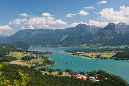 Salzkammergut「Austria, Salzkammergut, Salzburg State, Lake Wolfgangsee, View to Strobl and Lake Abersee」:スマホ壁紙(14)