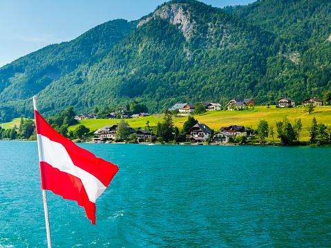 Health Spa「Austria, Salzkammergut, Salzburg State, Lake Wolfgangsee, St. Wolfgang, holiday homes and Austrian flag」:スマホ壁紙(12)