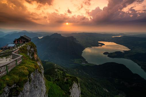 Salzkammergut「Austria, Salzkammergut, Mountain Schafberg and Lake Mondsee at sunset」:スマホ壁紙(16)