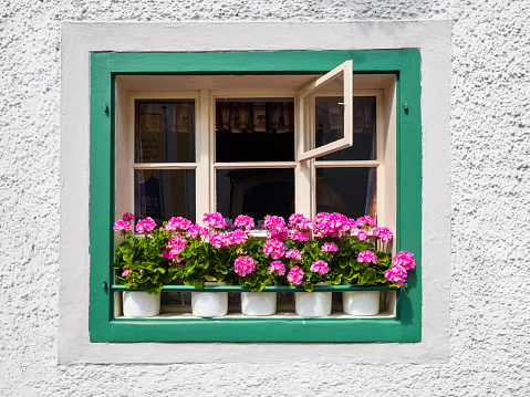 Salzkammergut「Austria, Salzkammergut, Sankt Gilgen, window box」:スマホ壁紙(11)