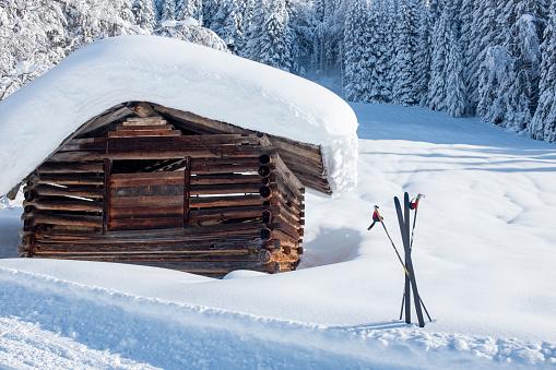 Austria「Austria, Salzburg State, Pongau, Wagrein, wooden hut and skis in winter」:スマホ壁紙(2)