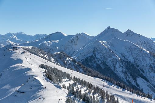 Ski Resort「Austria, Salzburg State, St. Johann im Pongau District, view from Fulseck summit station to mountains in winter」:スマホ壁紙(8)