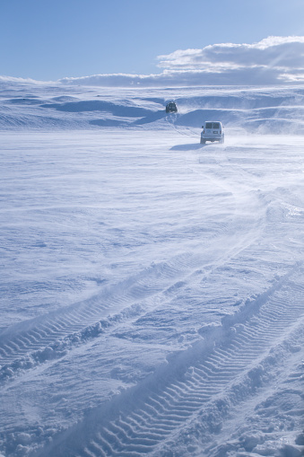 Frozen「Two Off Road Vehicles driving through snow, Iceland」:スマホ壁紙(16)