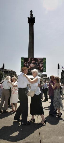 Senior Couple「The Teadirect Decent Dance In The Square」:写真・画像(11)[壁紙.com]
