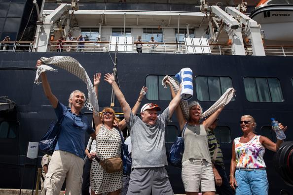 Disembarking「Cambodia Allows Cruise Ship Free of Coronavirus To Dock」:写真・画像(12)[壁紙.com]
