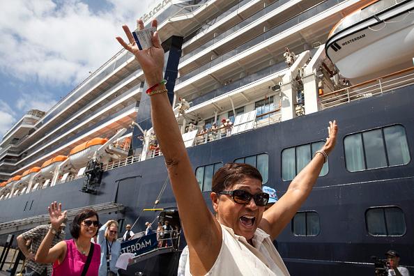 Passenger Craft「Cambodia Allows Cruise Ship Free of Coronavirus to Dock.」:写真・画像(2)[壁紙.com]
