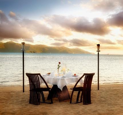 豪華 ビーチ「Table set for two at beach」:スマホ壁紙(16)