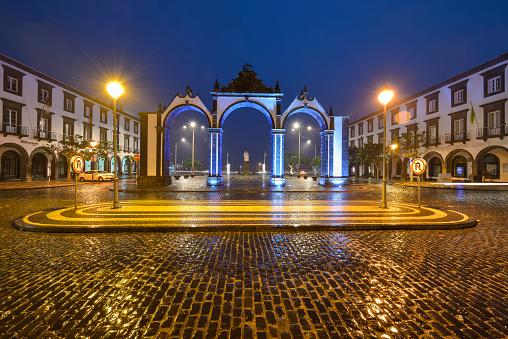 Town Square「Portugal, Azores, Sao Miguel, Ponta Delgada city gate at night」:スマホ壁紙(14)