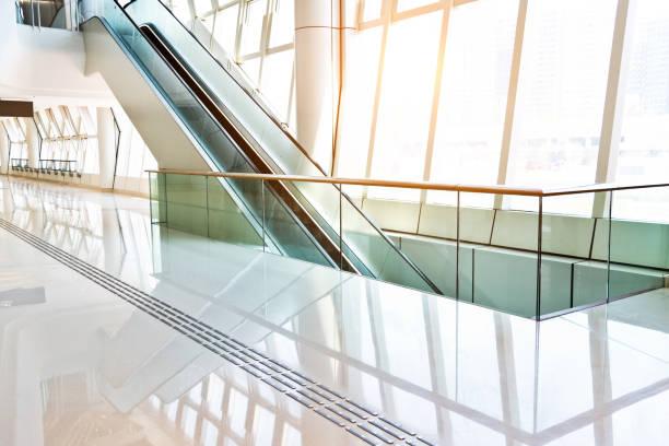 Escalator on modern office building:スマホ壁紙(壁紙.com)