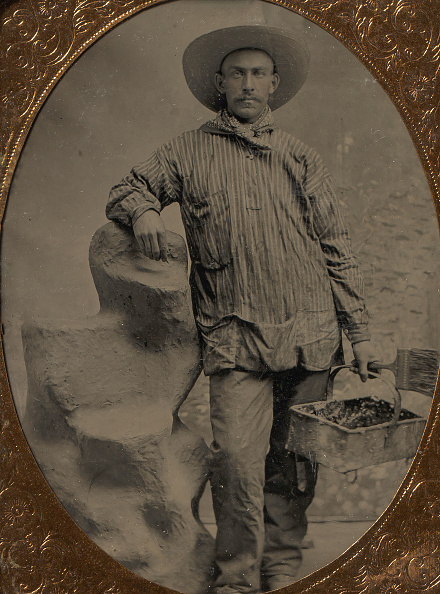 Rectangle「Workman Holding Brush And Rectangular Tray」:写真・画像(16)[壁紙.com]