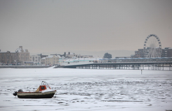 Frozen Water「Snow And Ice Continue To Cause Travel Chaos Throughout The UK」:写真・画像(14)[壁紙.com]