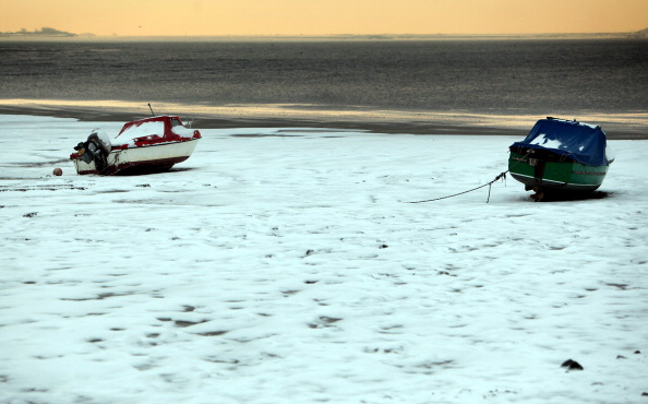 Frozen Water「Snow And Ice Continue To Cause Travel Chaos Throughout The UK」:写真・画像(7)[壁紙.com]