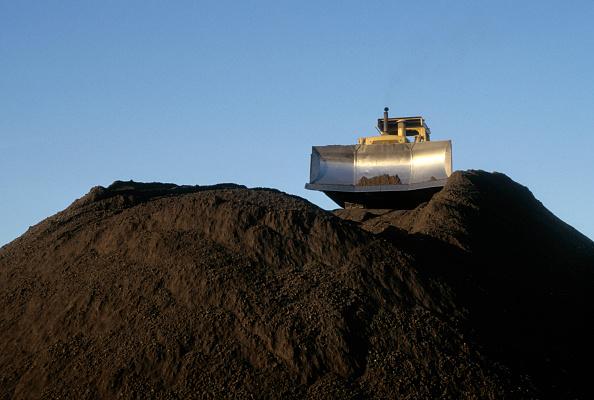 Finance and Economy「Bulldozer on high dirt pile, Oakland, California, USA」:写真・画像(0)[壁紙.com]