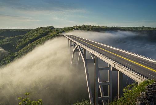 Road Marking「Modern bridge in the mist」:スマホ壁紙(4)
