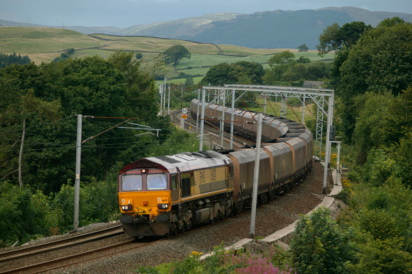 Rake「A class 66 diesel electric heads a rake of coal hoppers down Grayrigg Bank between Tebay and Oxenholm in the summer of 2003.」:写真・画像(16)[壁紙.com]