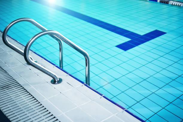The swimming pool ladder:スマホ壁紙(壁紙.com)