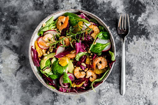 Radicchio「Lamb's lettuce, radicchio, shrimp, red radish, orange, pine nut, rosemary, avocado in bowl」:スマホ壁紙(8)